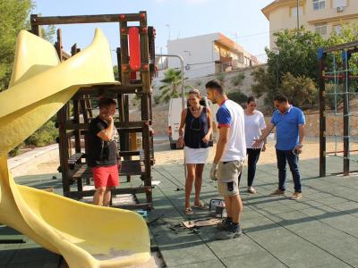 La Alcaldesa deArchena supervisa las obras que se están realizando en diferentes zonas con juegos infantiles