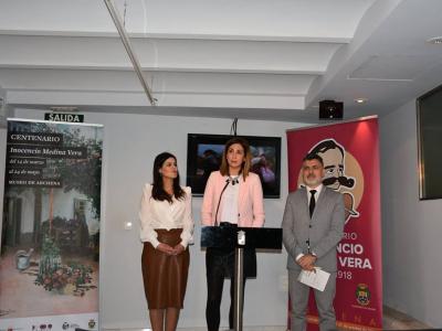 La Alcaldesa y la Consejera de Cultura presentan, en la sede de la Consejería, la exposición del pintor archenero Inocencio Medina Vera