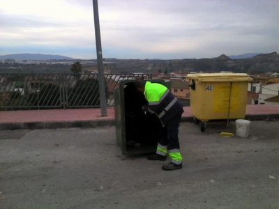Continúan los trabajos de mantenimiento, limpieza y desinfección de contenedores y zonas aledañas