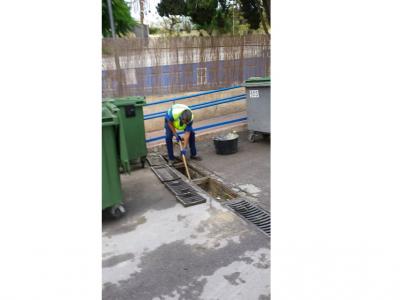 Se intensifican los trabajos de limpieza de rejillas y zonas de recogida de aguas pluviales ante la previsión de fuertes precipitaciones