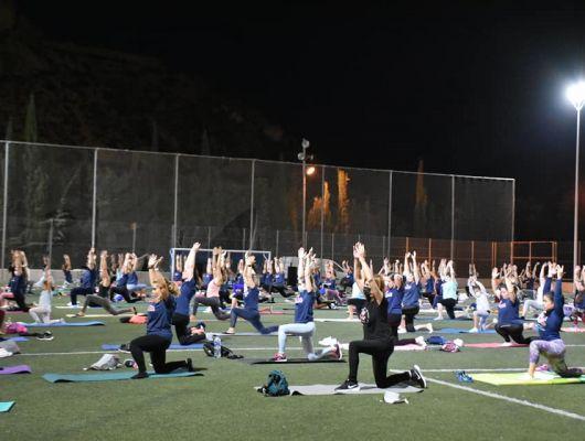 Gran afluencia de participantes en el programa 'Estira Con Nuria' contra el cáncer en el Polideportivo