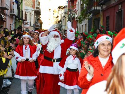 Fantásticodesfilede PapaNoelpor las calles Ramón y Cajal y centro histórico, organizado por loscomercios