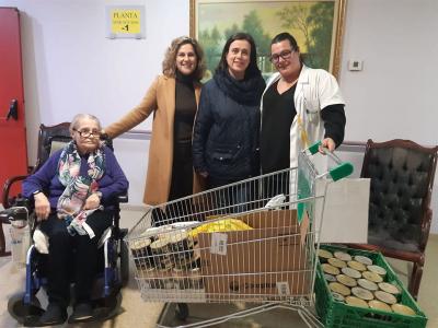 Usuarios y familiares de la residencia Nuevo Azahar, hacen entrega de alimentos no perecederos destinados a las familias más desfavorecidas del municipio