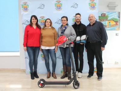 La Concejala de Comercio hace entrega del premio sorteado en la I Feria de las Comuniones
