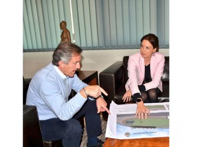 La Alcaldesa presenta el gran proyecto del nuevo complejo deportivo de La Algaida al Presidente de laFFRM