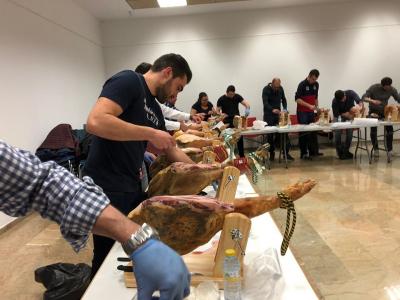 El maestro archenero Alberto David Mateos imparte el taller sobre corte de jamón en el Museo de Archena