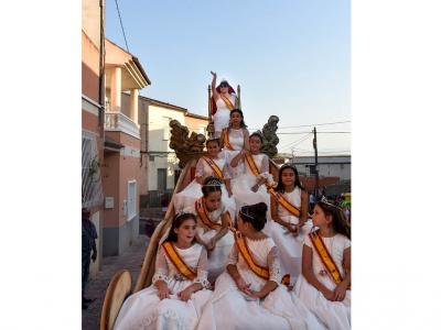 Cientos de niños y mayores presenciaron el gran desfile de carrozas y comparsas en las fiestas del Carmen