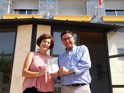 Tomás Guillén, autor de 'LaIluminadade LaAlgaida', dona tres ejemplares de su obra al Ayuntamiento de Archena