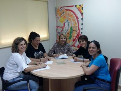 Reunión de la Concejala y técnicos de Servicios Sociales con la Asociación UNE T, para organizar el programa de la Escuela de Verano