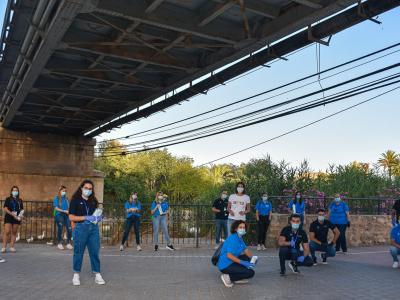 Continúa el reparto de mascarillas a ciudadanos por calles, paseos y terrazas de bares más concurridos